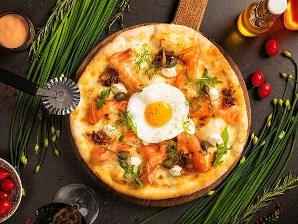 Món pizza cá hồi Sapa nướng than hoa của nhà hàng trong khách sạn tại Hà Nội