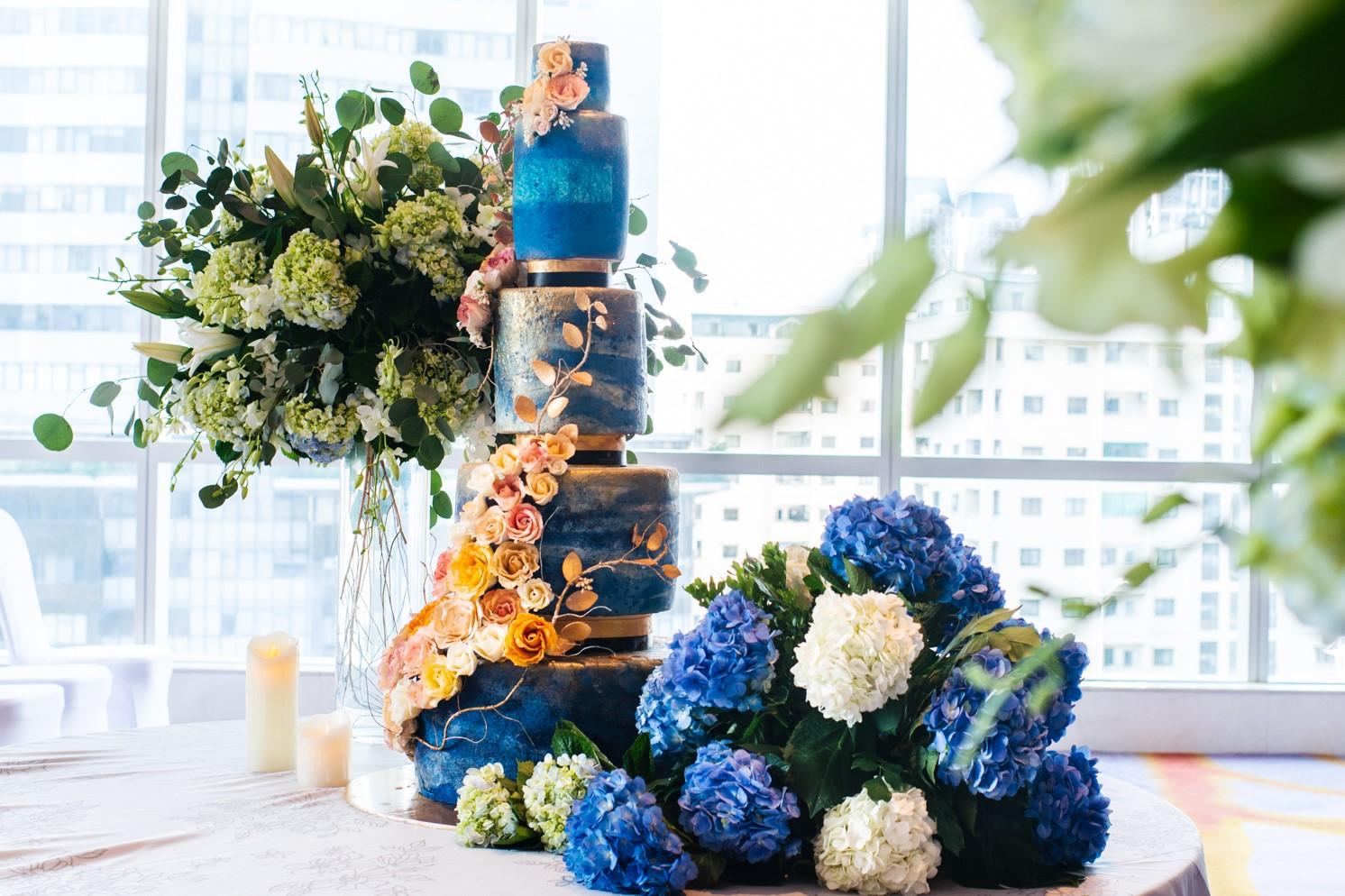 gorgeous wedding cake at 5 star hotel in hanoi