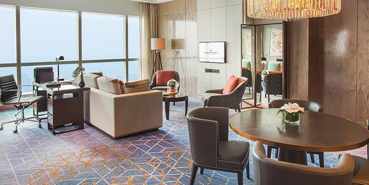 phòng suite sang trọng với tầm nhìn toàn thành phố hà nội tại khách sạn 5 sao sang trọng cao nhất việt nam