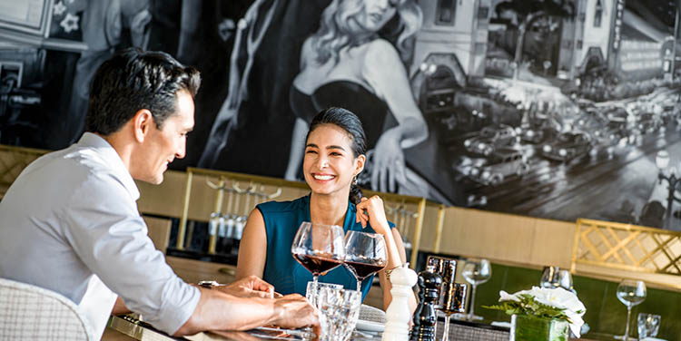 khách thưởng thức rượu tại nhà hàng sang trọng intercontinental hanoi landmark72 khách sạn 5 sao cao nhất hà nội