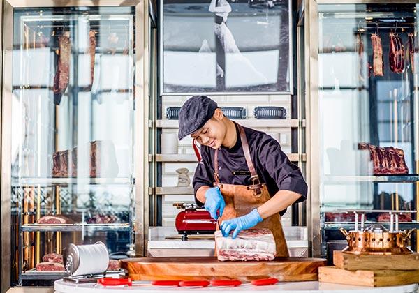 đầu bếp tại nhà hàng stellar steakhouse tại intercontinental hanoi landmark72 khách sạn 5 sao sang trọng cao nhất hà nội