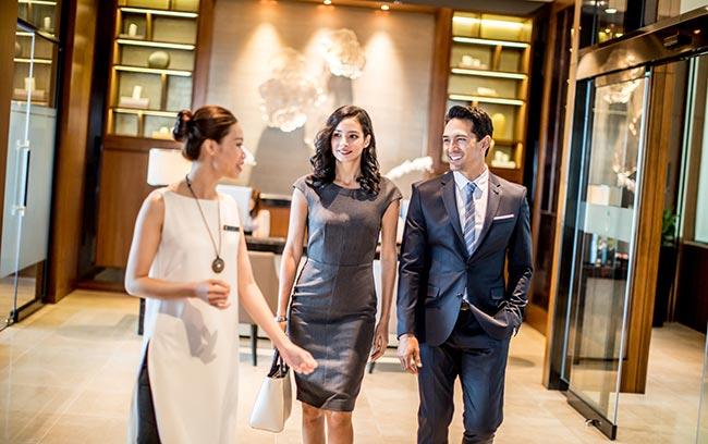 nhân viên chào đón khách đến với Club InterContinental Lounge tại intercontinental hanoi landmark72 khách sạn 5 sao cao nhất Việt Nam