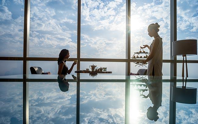 Khách hàng nữ dùng trà chiều tại intercontinental hanoi landmark72 khách sạn 5 sao sang trọng cao nhất Việt Nam