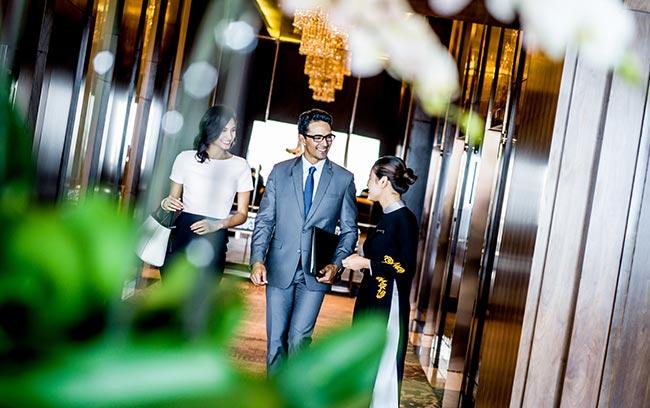 nhân viên chào đón khách đến với intercontinental hanoi landmark72 khách sạn 5 sao sang trọng cao nhất việt nam